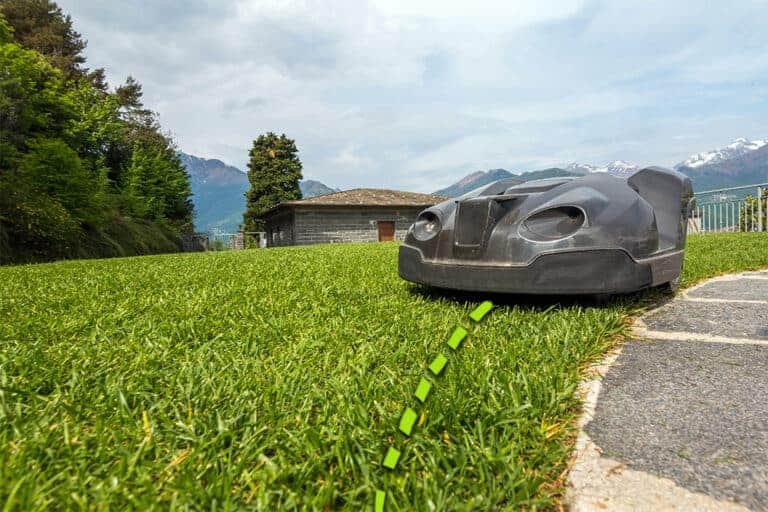 Robot mower cutting to the edge with a boundary wire